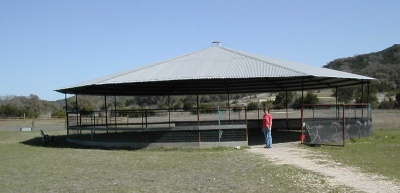 Covered round pen in hot climate
